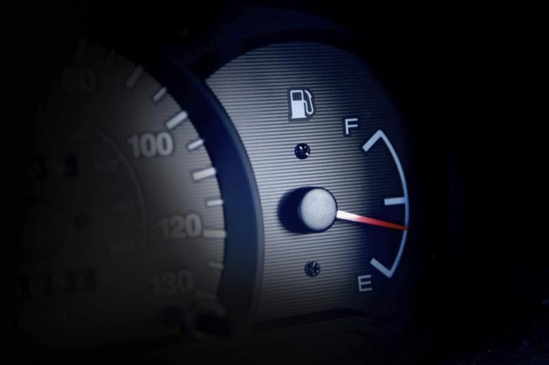 Por que o indicador de combustível não tem o volume em litros?