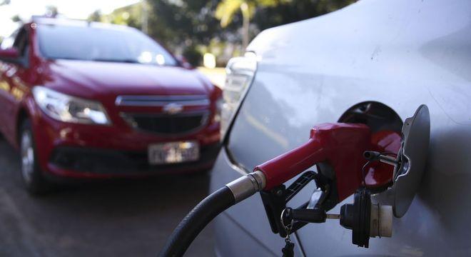 Preço máximo da gasolina bate recorde e atinge R$ 5,85 o litro